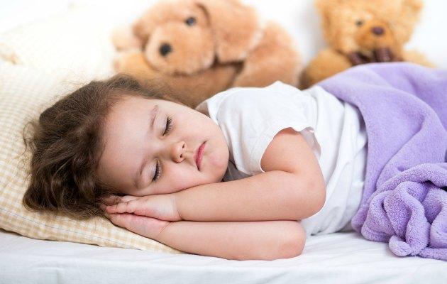 mutlu uyuyan çocuk metiniçi