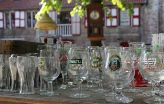 Pazar tezgahlarında en fazla göreceğiniz obje eski bira bardakları.