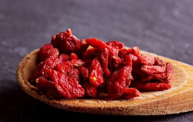 Ekşi-tatlı bir tada sahip olan kurt üzümünü kurutulmuş, çiğ veya pişmiş halde kullanabilirsiniz.