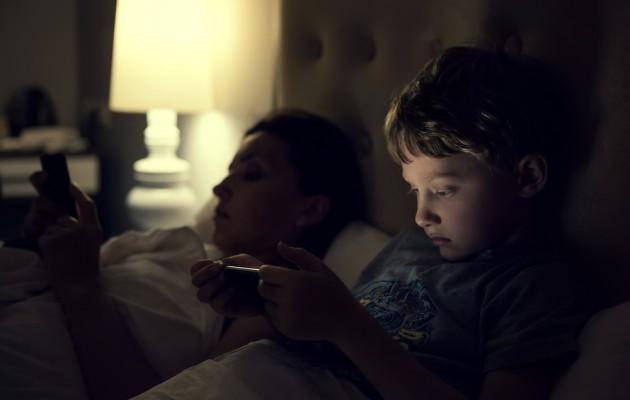Uyumadan önce ekrana bakmak tahmin edilenden daha zararlı