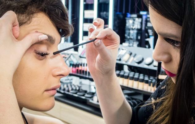 MAC Cosmetics eğitmeni Alev Karslı Upward Lash maskara uygulaması yapıyor