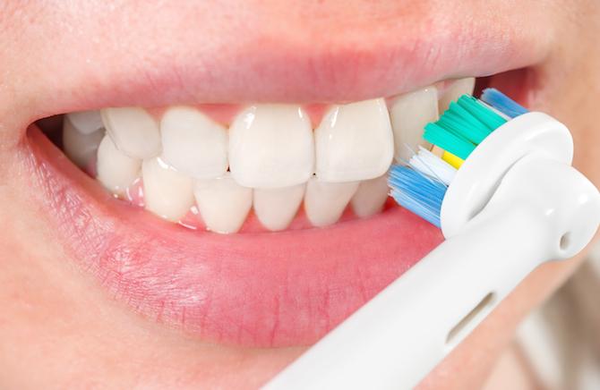 Şarjlı diş fırçası kullanırken dikkat edilmesi gerekenler ve alışma sürecini kolaylaştıracak pratik teknikler