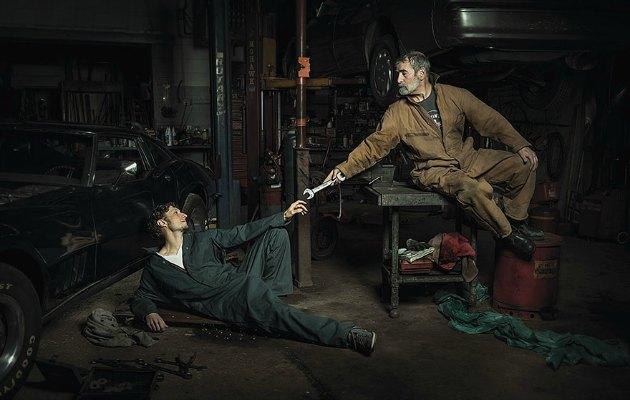Oto tamircisinde eğlenceli bir şekilde canlandırılan Rönesans resimleri