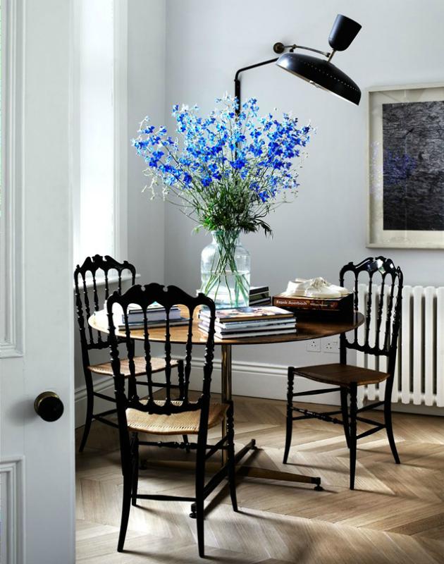 Antik masa - sandalye takımı ve çiçekler ev dekorasyonuna romantizm katmış