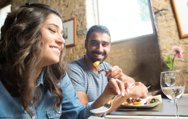 Erkekler randevularda yemek yiyerek sakinleşiyor